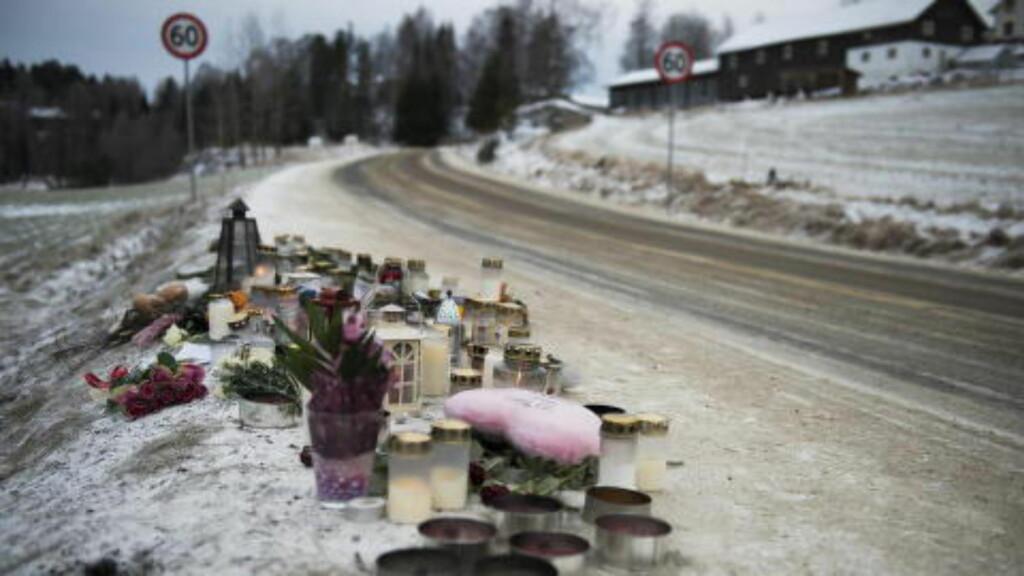 ULYKKESSTEDET:  Venner og minnet Tiril og Sarah der ulykken skjedde i flere dager etterpå. FOTO: ENDRE VELLENE/DAGBLADET.