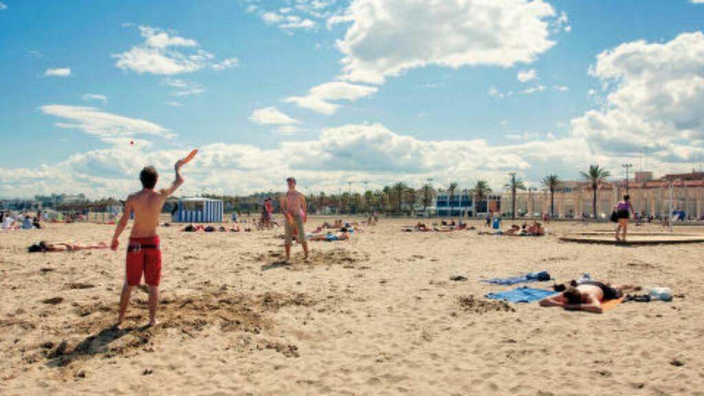 STRANDLIV: Storbyer kan være utmattende. Da er det greit med en pause på stranda, selv om den i Valencia ligger litt unna sentrum. Foto: TURISIMO VALENCIA