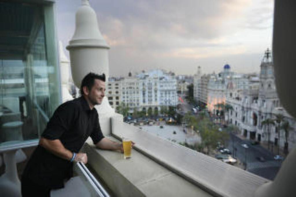 DRINK MED UTSIKT: Kom deg opp i høyden og nyt utsikten fra baren Atico Ateneo. Foto: GJERMUND GLESNES