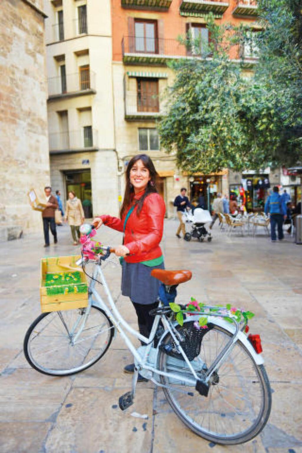 SYKKELBYEN: Guiden Suzie Anon y Garcia mener Valencia er vedens beste by, og liker best å vise den fram på sykkel. Foto: GJERMUND GLESNES