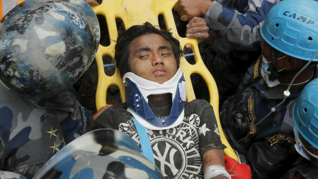OVERLEVDE FEM DØGN: nepaleseren Pema Lama (15) ble i dag funnet i live i ruinene - 120 timer etter at jordskjelvet rammet. Foto: Navesh Chitrakar/Reuters/Scanpix