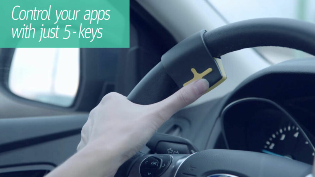 HENDENE PÅ RATTET,ØYNENE PÅ VEIEN: Med RayGo har du full kontroll på både bilen, veien og mobilen uten å fjerne hendene fra rattet, eller øynene fra veien.  Foto: RAYGO