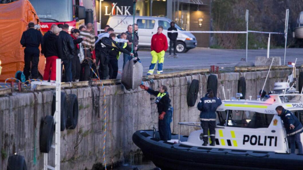 <strong> SENKET I ELVA:</strong>  Dykkere fant denne gjenstanden, trolig buret drepte Kari Grønnestad ble senket i, på bunnen av Skienselva ved Langbryggene. FOTO: PER FLÅTHE/DAGBLADET.