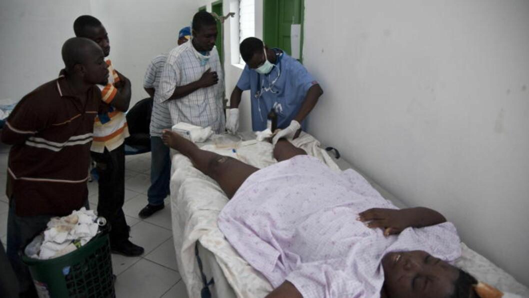<strong>- MYE VERRE:</strong> Nøden i Haiti etter jordskjelvet i 2010 var mye verre, fordi landet ikke var forberedt på samme måte som Nepal. Her behandles en bevisstløs kvinne på et sykehus i hovedstaden Port-au-Prince. Foto: Øistein Norum Monsen / Dagbladet