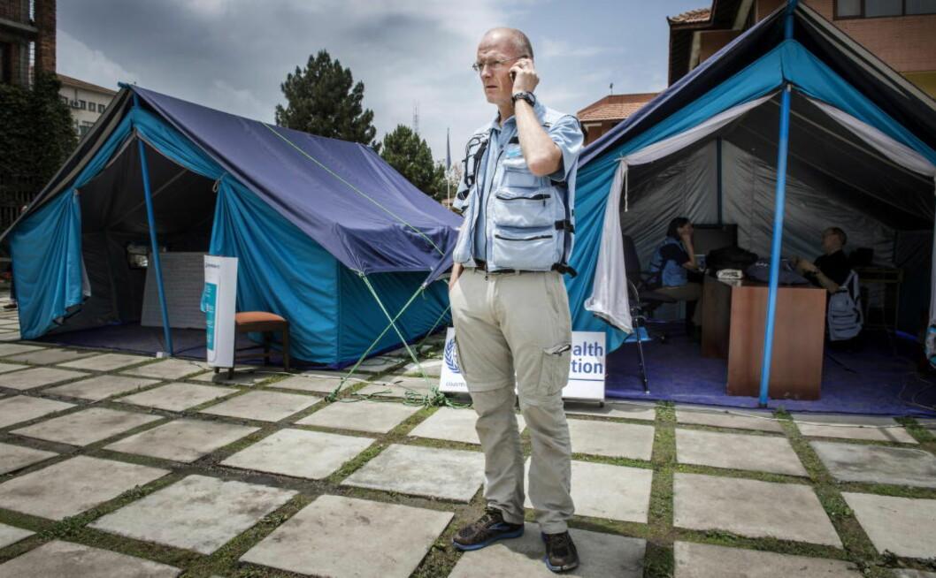 KONTAKTPUNKT Telefonen står knapt stille for Rolf M. Bakken. 47-åringen har ansvaret for å koordinere all nødhjelp som pågår i Nepal etter jordskjelvet som rammet landet. Foto: Øistein Norum Monsen / Dagbladet