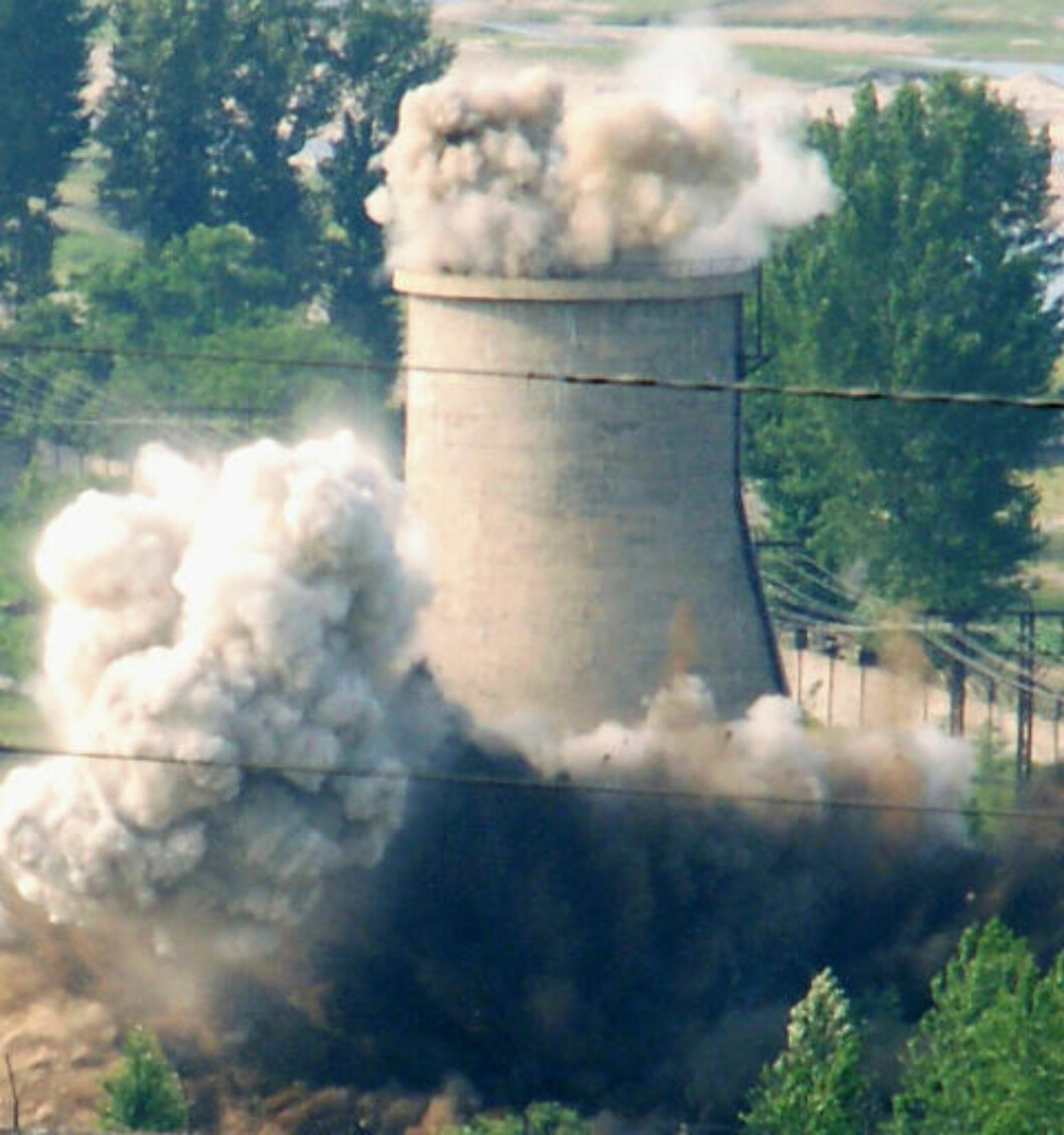 <strong>SPRENGES:</strong> Et kjøletårn ved Yongbyon går i lufta 27. juni 2008. Nå mener eksperter at det drives omfattende byggearbeider ved kraftverket. Foto: REUTERS/Kyodo