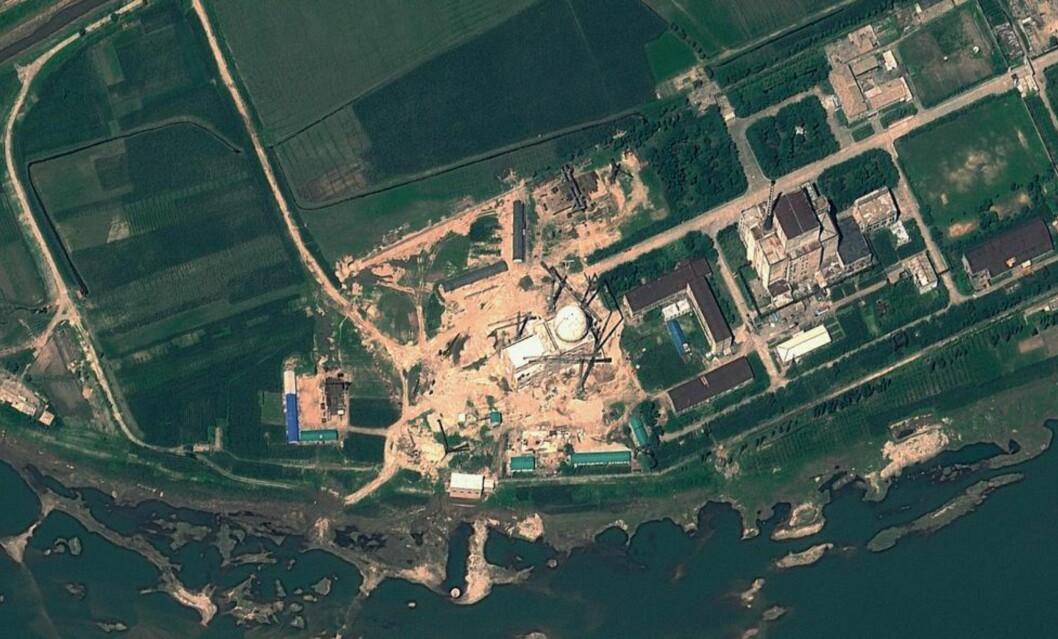 <strong>OMSTRIDT KRAFTVERK:</strong> Dette satelittbildet, tatt av GeoEye 22. august 2012, viser det omstridte atomanlegget Yongbyon i Nord-Korea. Analyser av nyere satelittbilder, som blant annet viser påfallende snøsmelting rundt anlegget, får eksperter til å tro at det er skjult aktivitet ved atomkraftverket. Foto: AFP PHOTO / GeoEye Satellite Image