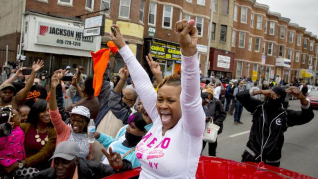 <strong>JUBLER:</strong>  Folk i Baltimore jubler over at seks politifolk blir siktet i forbindelse med drapet på Freddie Gray. Foto: Eric Thayer / Reuters / NTB scanpix