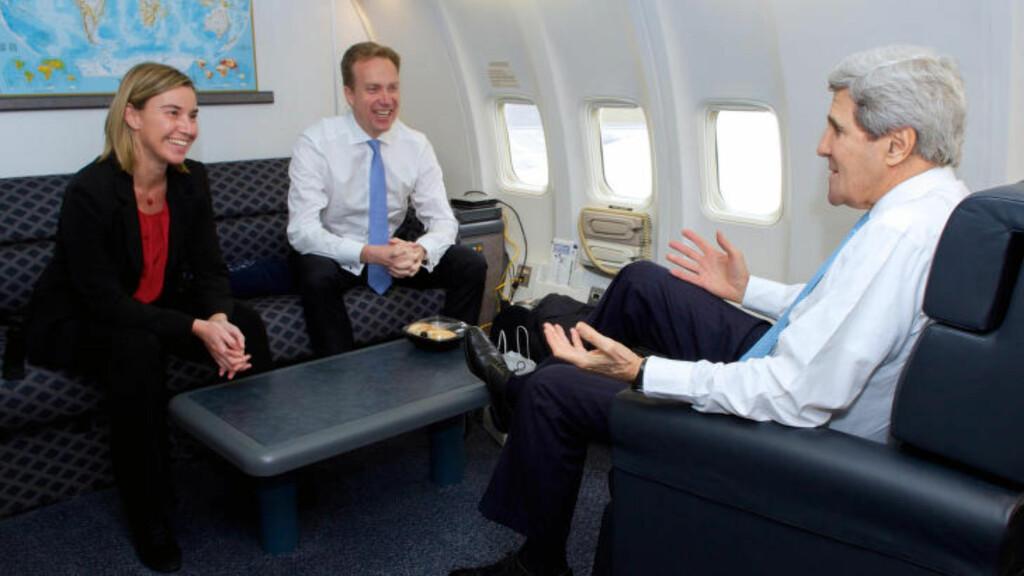 PRIVATFLYKAMERATENE: - Han er overalt, den fyren. De må ha klonet ham eller noe, sa John Kerry (t.h.) - her i sitt eget privatfly med kollega Børge Brende. Foto: US State Department