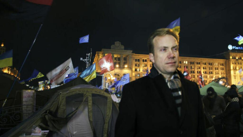 I FELT: Børge Brende på Maidan-plassen i Kiev, 5. desember 2013. Han reiste med privatfly videre til Bahrain før han returnerte til Norge. Foto: Kristin Enstad / UD