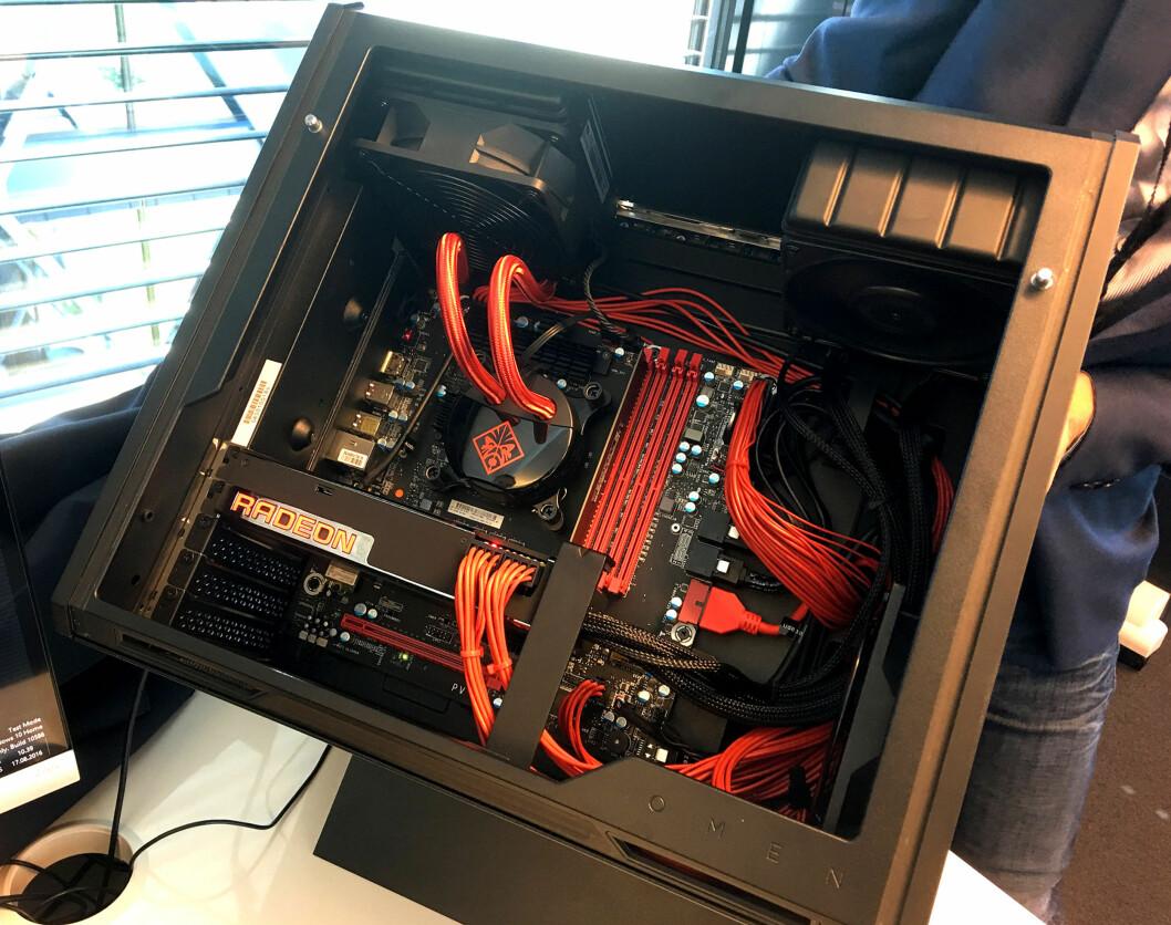 <strong><B>ENKEL TILGANG</B>:</strong> Takket være måten PC-en står på, er det svært enkelt å få tilgang til maskinvaren. Foto: BJØRN EIRIK LOFTÅS