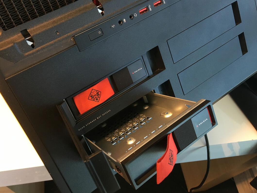 <strong><b>BYTT DISK:</strong></b> Trekk ut en av de fire skuffene for å sette i/bytte harddisk. Du kan til og med gjøre det mens maskinen kjører. Foto: BJØRN EIRIK LOFTÅS