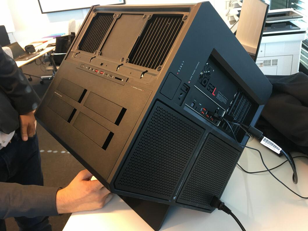 <strong><b>SNEDIG KONSTRUKSJON:</strong></b> Her har vi løftet av dekselet som dekker kjølekanalene i tillegg til komponentene. Strømforsyningen nederst til høyre holdes på plass med to skruer. Foto: BJØRN EIRIK LOFTÅS