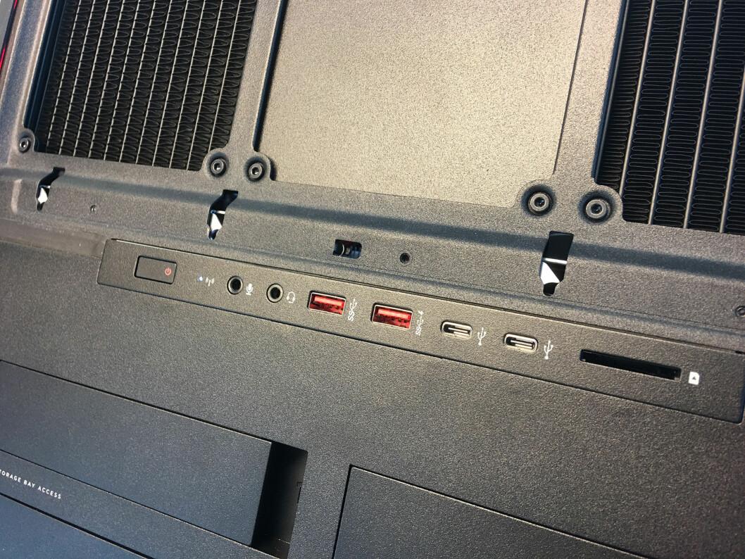 <strong><b>TILKOBLINGER:</strong></b> PC-en har totalt 10 USB-porter, hvorav to USB-C og og USB 3.0 på siden. Foto: BJØRN EIRIK LOFTÅS