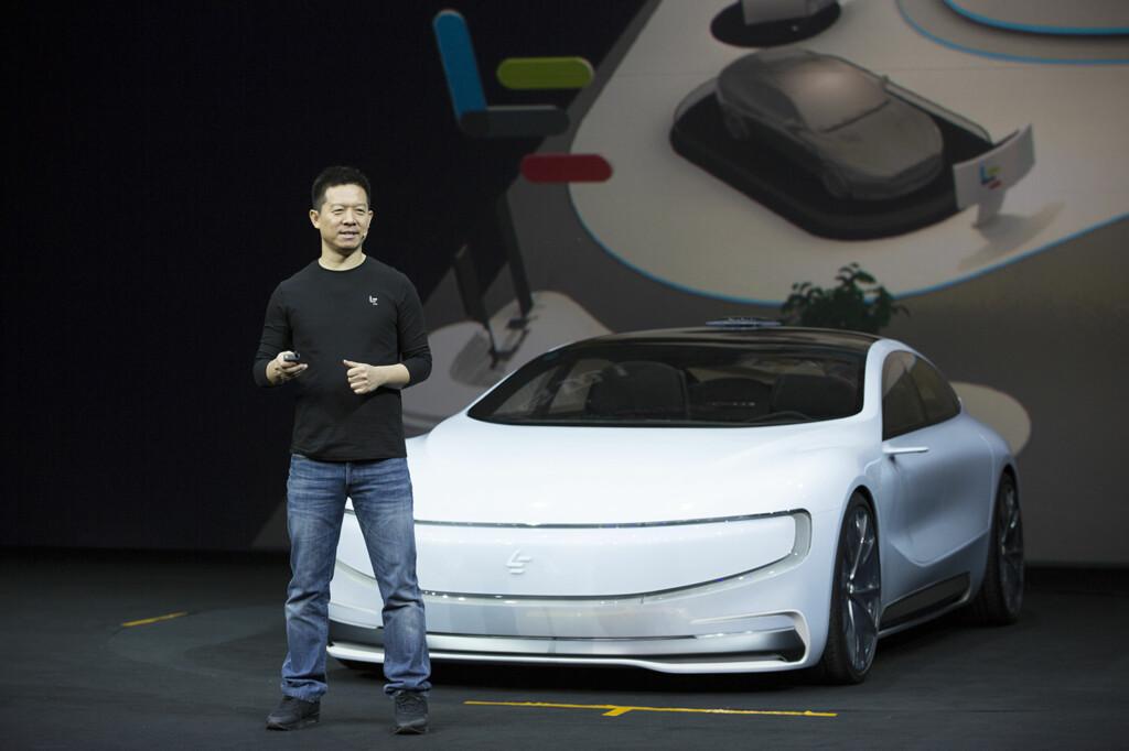 VIL TREFFE MARKEDET: LeEco-toppsjefen Jia Yueting viser her den selvkjørende elbilen som ble annonsert i 2015. LeSEE er navnet på det som per i dag er en konseptbil.  Foto: LEECO