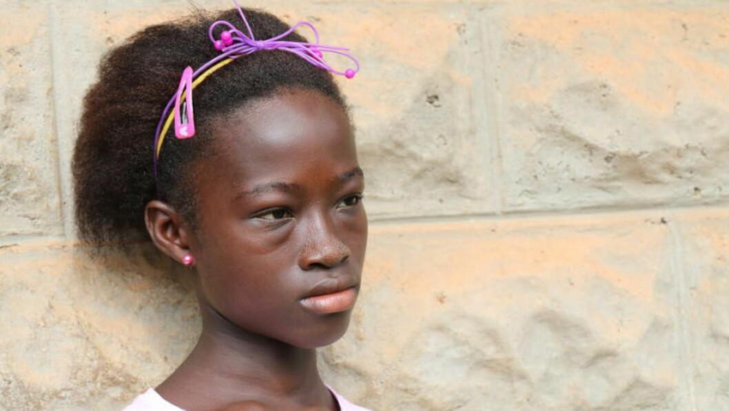 HELT ALENE: Tolv år gamle Ijiatu fra Sierra Leone levde med faren sin. Nå er han død av ebola-viruset. Foto: Plan Norge