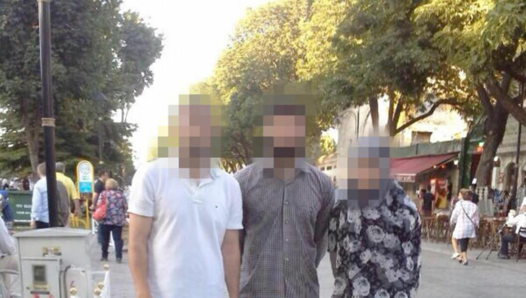 <strong>NYGIFT OG GRAVID:</strong> Her står 23-åringen fra Fredrikstad i midten, sammen med kona (t.h.) og en slektning som ikke har noe med ekstremisme å gjøre. I midten av desember ble 23-åringen drept i Syria. 6. januar sprengte enken seg selv i Istanbul. Foto: Privat