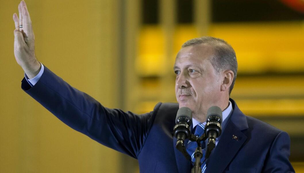 <strong>ALL MAKT:</strong> Recep Tayyip Erdoğan mangler bare et titall stemmer for å få det flertallet som trengs for å samle makta i hans hender. Og de stemmene kan nok ordnes, skriver Erling Folkvord. Foto: Guven Yilmaz  / NTB Scanpix