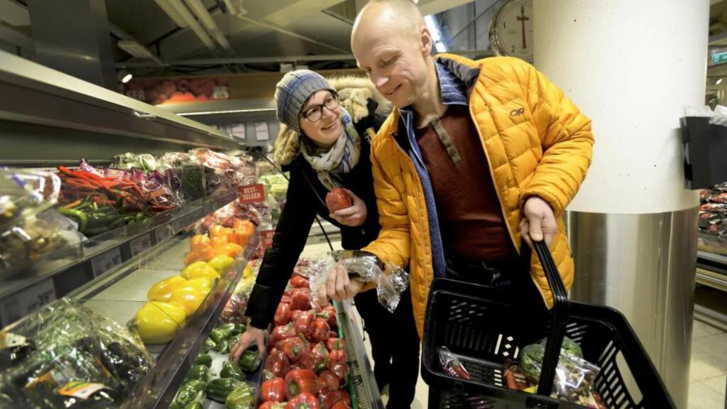 BEVISSTE I BUTIKKEN: Ekteparet Lene (46) og Jegeir Trøim (51) er bevisste på å kutte sukker, men fem porsjoner grønnsaker om dagen blir det ikke hver dag. -  Jeg prøver å spise mer grønnsaker, men det er jammen ikke lett å få til. Der er vi nok sånn midt på treet, sier Lene. Foto: John Terje Pedersen
