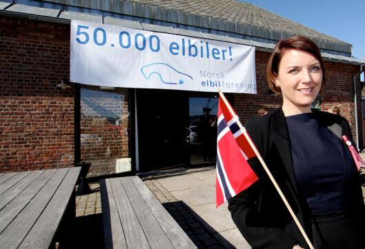 <strong><b>POSITIVT:</strong></b> Christina Bu i Norsk Elbilforening jubler her for 50.000 elbiler i Norge. Hun jubler også for hver eneste ladestasjon som kommer!  Foto: NORGES ELBILFORENING