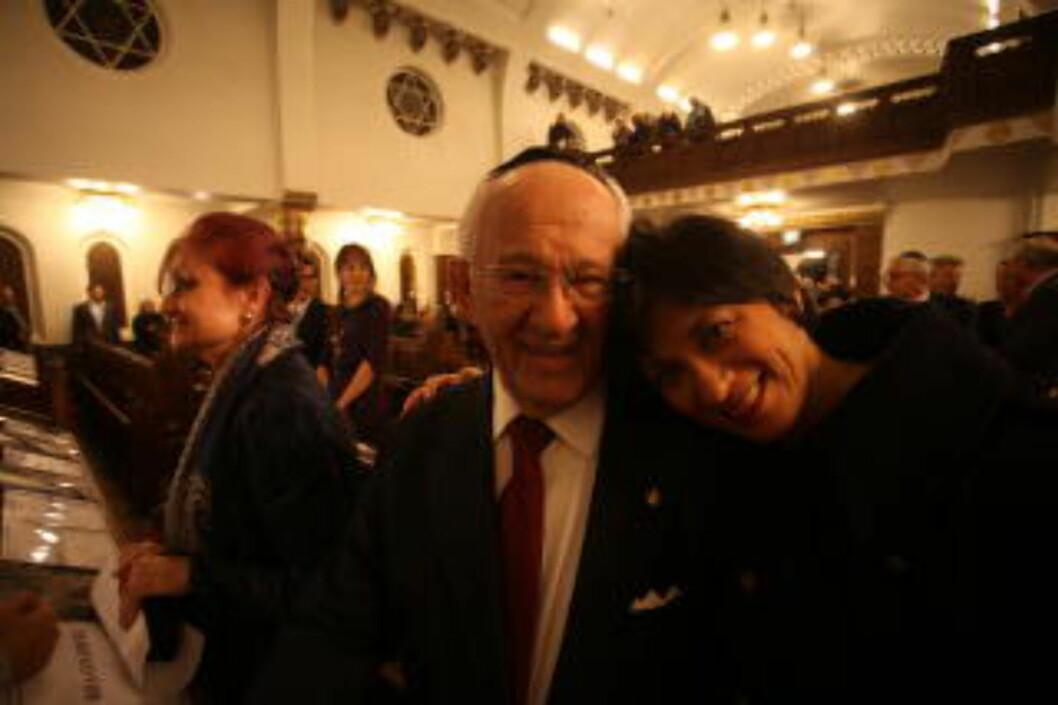 <strong>VETERAN TIL AUSCHWITZ:</strong> Herman Kahan reiser tirsdag til Auschwitz - sammen med kronprinsen og statsministeren - for å være med på markeringen. Her fotografert sammen med datteren Bente. (Foto:Asbjørn Svarstad)