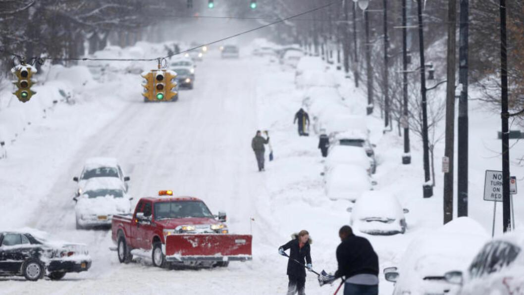 VENTER SNØSTORM: En snøstorm forventes å treffe nordøstlige deler av USA mandag og tirsdag. Spesielt New York og Boston er utsatt og det spekuleres i at opptil én meter snø vil dekke gatene. Foto: AP Photo/Mike Groll