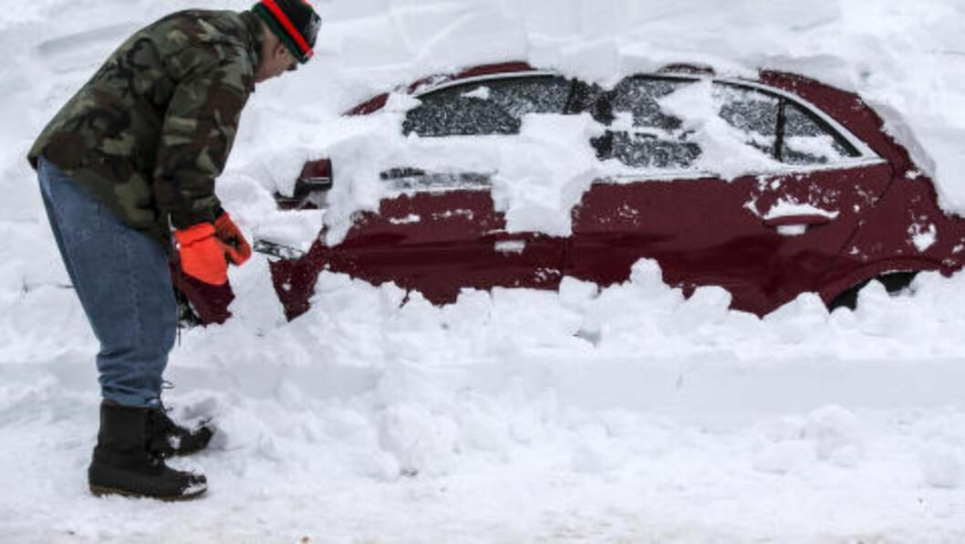NEDSNØDD: Thomas Wisniewki graver fram bilen sin i Buffalo, New York. Bildet er fra november i fjor. Foto: REUTERS/Mark Blinch