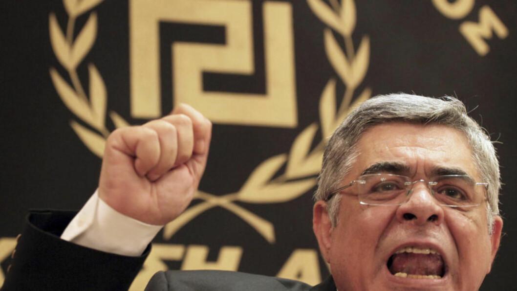 PARTILEDER: Gyllent Daggry og Nikos Mihaloliakos fikk rett over 6 prosent av stemmene i det greske valget. Dermed er partiet landets tredje største. Foto: AP Photo/Petros Giannakoiuris
