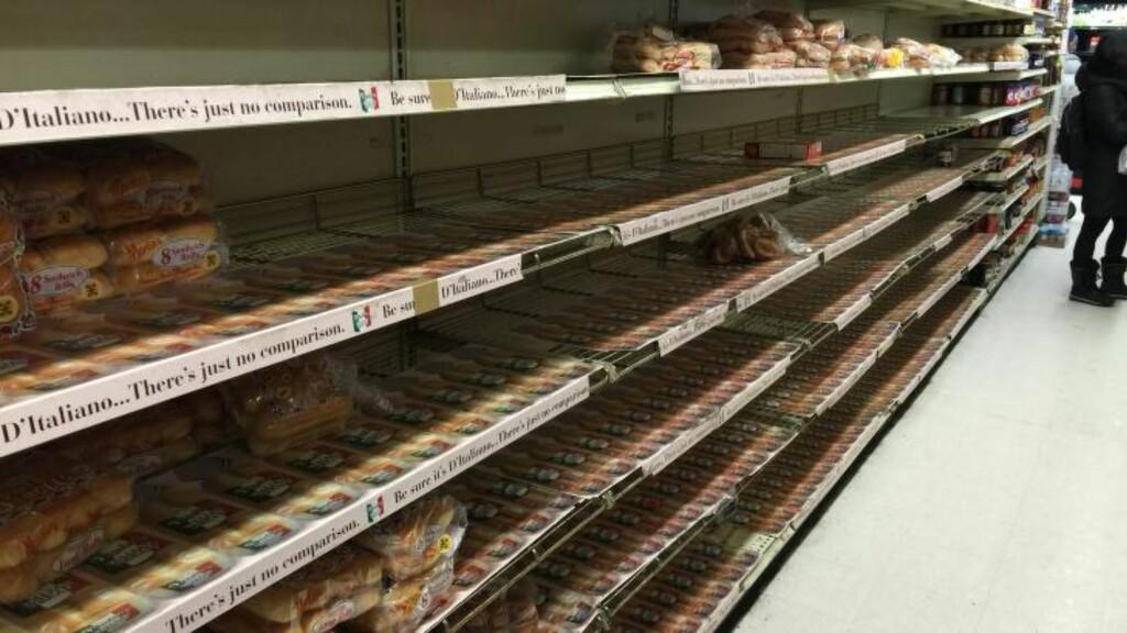 TOMT: Newyorkerne bunkrer opp med vann og brød før snøstormen. I supermarkedene er det kaotisk. Hyllene begynner å blitomme for varer og køene er svært lange. Foto: Vegard Kristiansen Kvaale / Dagbladet