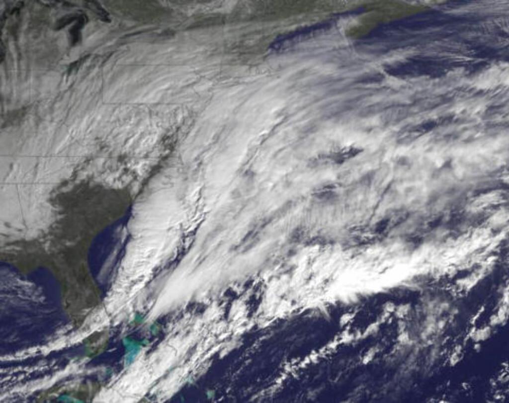 STORM: Satelittbildet tatt tidligere i dag viser snøstormen som er på vei innover østkysten av USA. Foto:REUTERS/NOAA