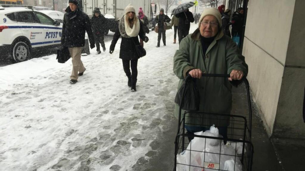 IKKE REDD: Kathy Thomas (81) tror ikke årets snøvær i New York blir like ille som stormen de opplevde i 1947. Likevel har hun kjøpt inn litt ekstra vann og tørrvarer for sikkerhets skyld. Foto:   Vegard Kristiansen Kvaale / Dagbladet