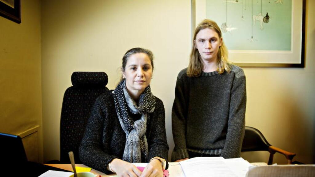 - EN NY TJENERKLASSE: - Vi har fått en helt ny tjenerklasse i Norge. Folk som får beskjed om at de ikke har rett til noen ting. De skal bukke og takke, og være glad for at de i det hele tatt er her, sier Georg Schjerven Hansen fra Seif (t.h.). Her sammen med Belinda de León. Foto: NINA HANSEN/DAGBLADET
