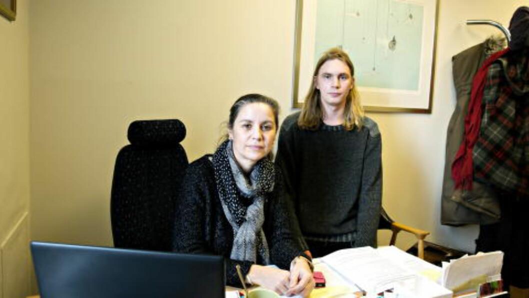 <strong>- EN NY TJENERKLASSE:</strong> - Vi har fått en helt ny tjenerklasse i Norge. Folk som får beskjed om at de ikke har rett til noen ting. De skal bukke og takke, og være glad for at de i det hele tatt er her, sier Georg Schjerven Hansen fra Seif (t.h.). Her sammen med Belinda de León. Foto: NINA HANSEN/DAGBLADET