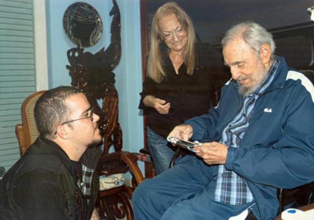 <strong>KONA ER MED:</strong> Kubanske myndigheter har sluppet bilder datert 23. januar i år av Fidel Castro i sitt hjem. Her sammen med studentleder Randy Perdomo Garcia og sin kone Dalia Soto del Valle. Foto: EPA/NTB Scanpix