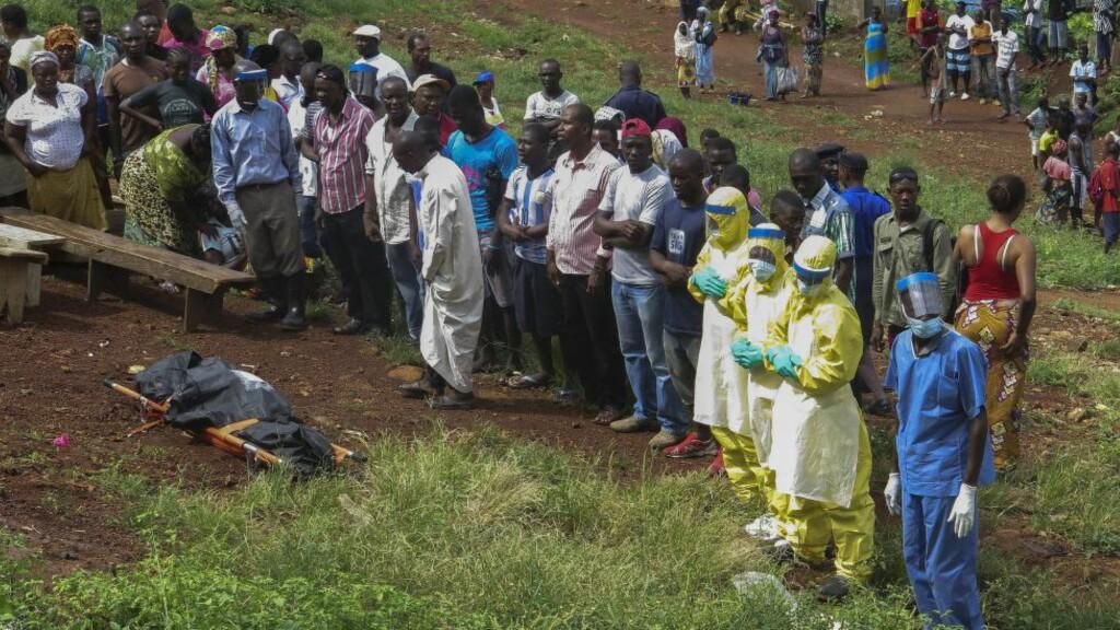 BER FOR DE DØDE: En gruppe mennesker ber for nok et ebola-offer i Freetown i Sierra Leone. Bildet er tatt 30. oktober. Foto: EPA / STR