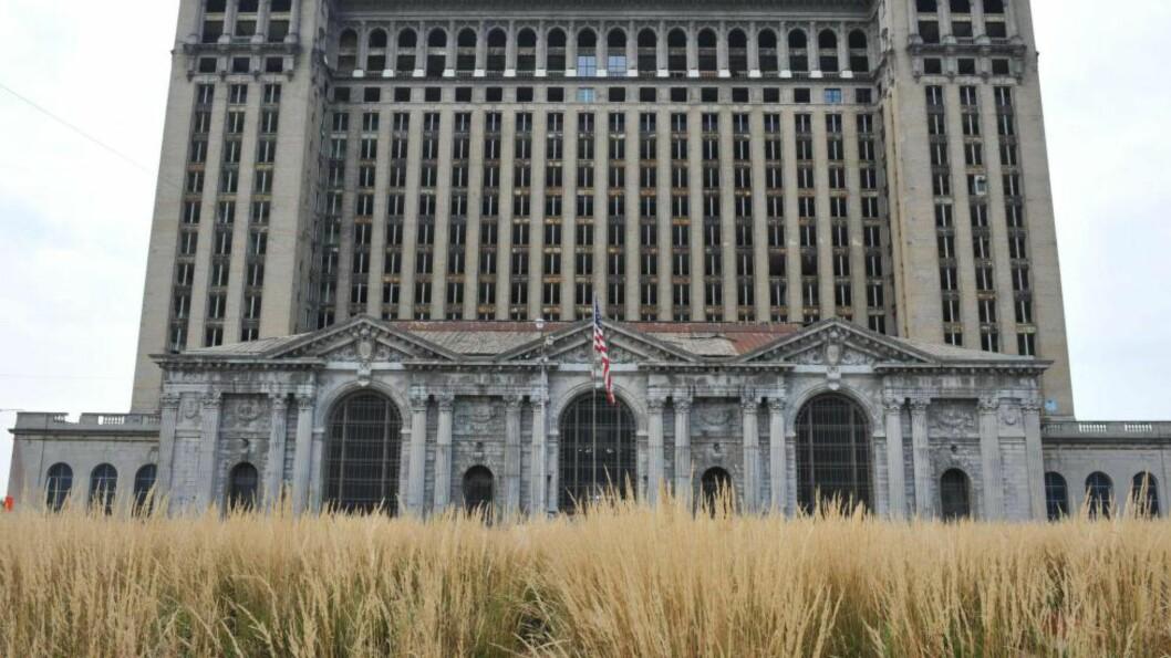 <strong>RUINHAUG:</strong> Detroit Motor City kan kanskje stå som et symbol for hvordan vekst og fall henger sammen, her et bilde fra det som en gang var motorbyens ikoniske hovedjernbanestasjonsbygg. Foto: AFP PHOTO / NTB SCANPIX