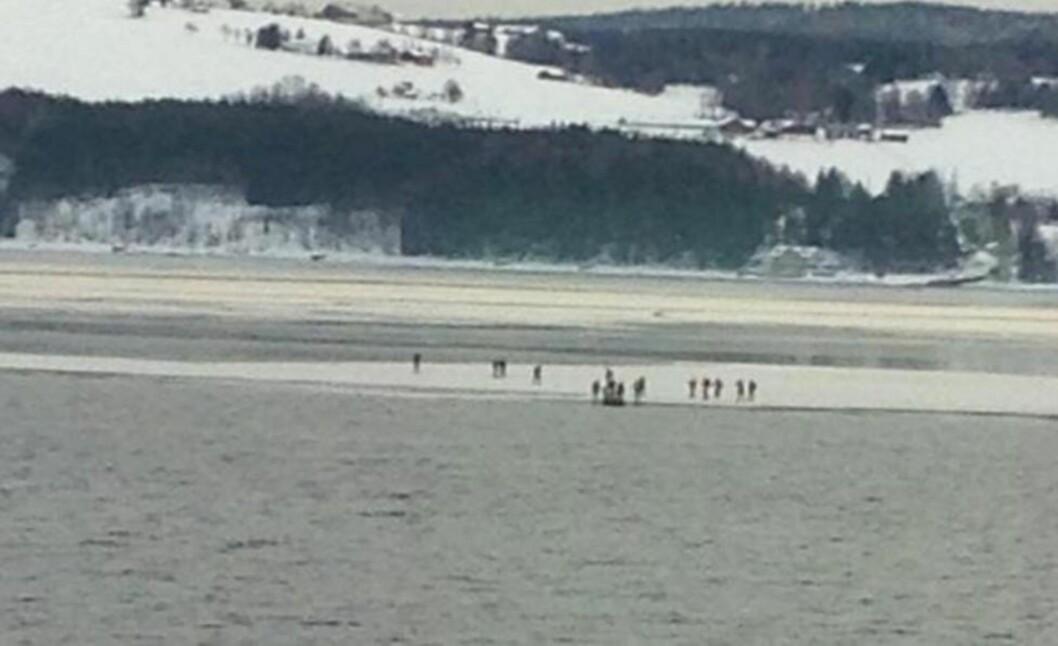 REDDET: 16 skøyteløpere ble fanget på isflak på Mjøsa ved Gjøvik. Alle er nå evakuert. Foto: Tina Presteseter Hjarbo