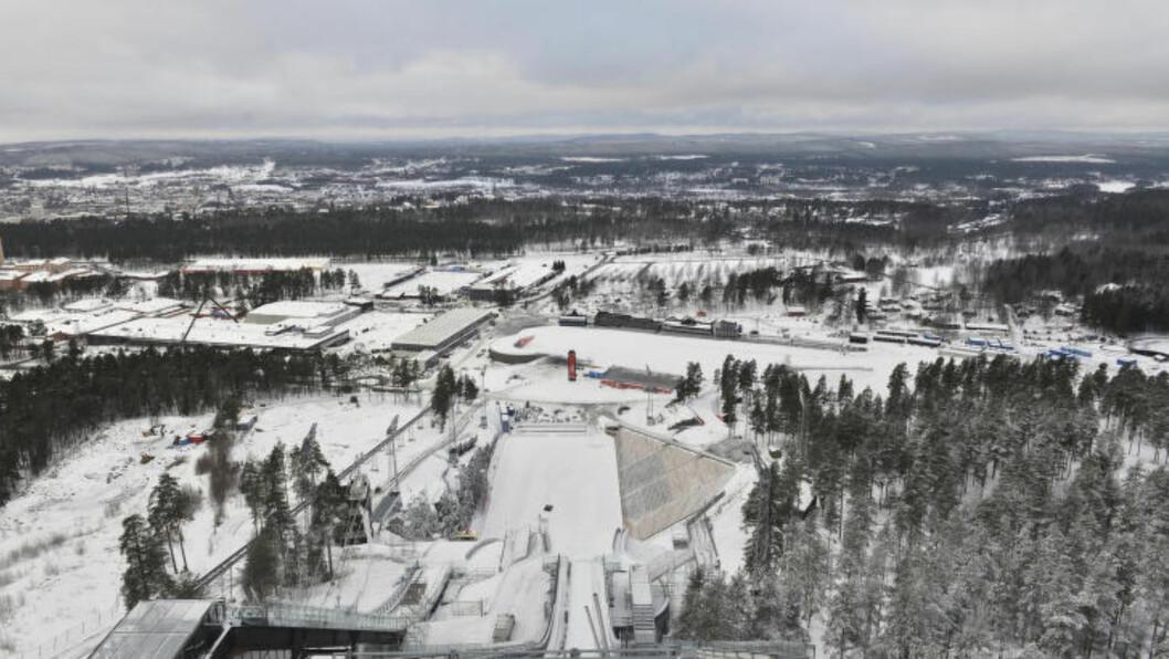 <strong>VM-BYEN:</strong> Hoppbakken med sitt karakteristiske tårn er selve symbolet for Falun og nær sagt det eneste stedet i byen hvor du ikke kan se tårnet fra. Foto: GJERMUND GLESNES