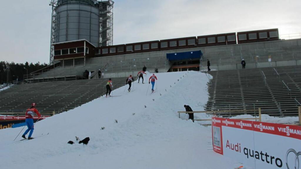 TRANGT: Etter snaut 50 meter av sprintløypa skal løperne inn denne smale, bratte bakken opp tribunen på stadion i Östersund. Foto: Pål Marius Tingve / Dagbladet