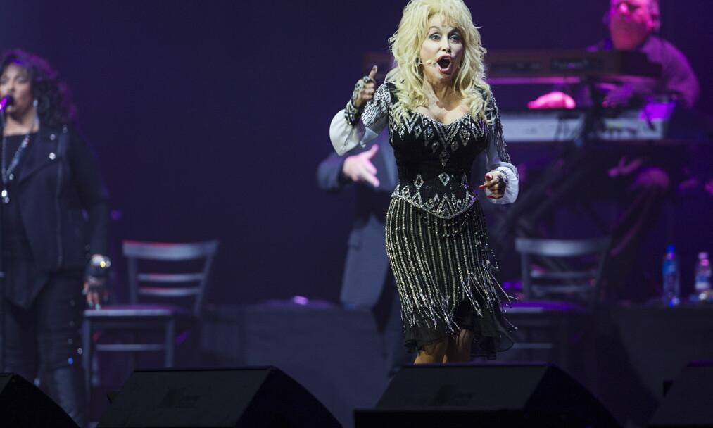 <strong>TØFF OPPVEKST:</strong> Dolly Parton har alltid vært åpen om oppveksten i en stor familie under fattige kår. Her under en konsert i Oslo Spektrum i juli 2014. Foto: Benjamin A. Ward / Dagbladet