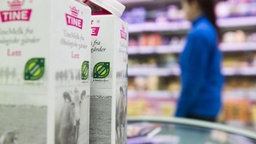 <strong>TUSENVIS AV MELKEKARTONGER:</strong> De som har kjøpt melka får ny kartong eller pengene tilbake. Foto: Berit Roald / NTB Scanpix