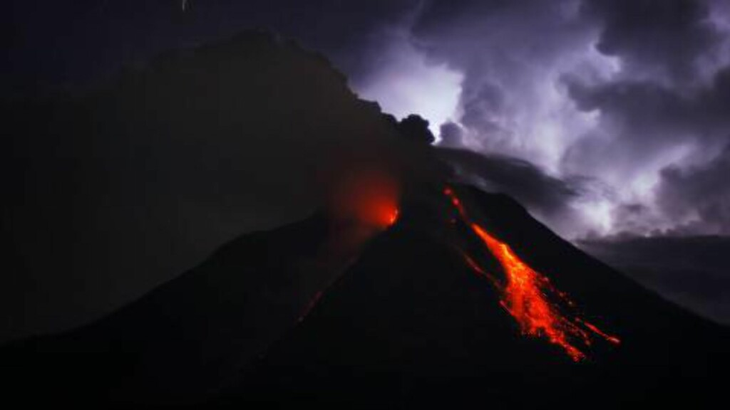 FRYKTER SUPERVULKANER:  Dette bildet ble tatt 18. oktober 2014, da lava og aske spydde ut av krateret på Mount Sinabung-vulkanen på Sumatra. Foto: Sutanta Aditya / AFP Photo / NTB Scanpix