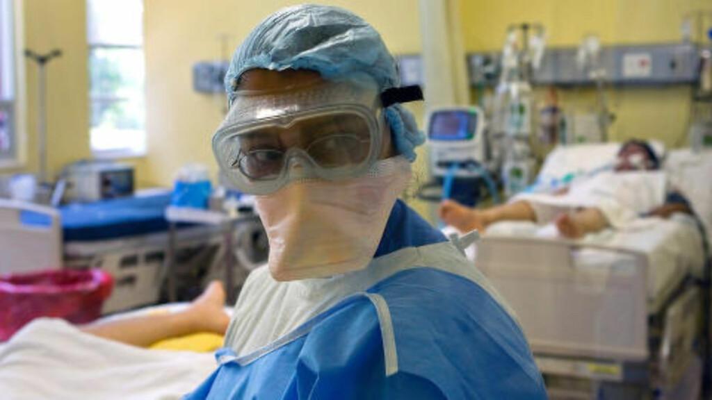 EN GLOBAL PANDEMI:  En doktor sjekker her pasienter for symptomer under svineinfluensautbruddet i Mexico City i 2009. En pandemi er en sykdom som sprer seg over svært store områder og smitter mange, og rapporten mener at en slik kan føre til verdens undergang. Foto: Luis Acosta / AFP Photo / NTB Scanpix