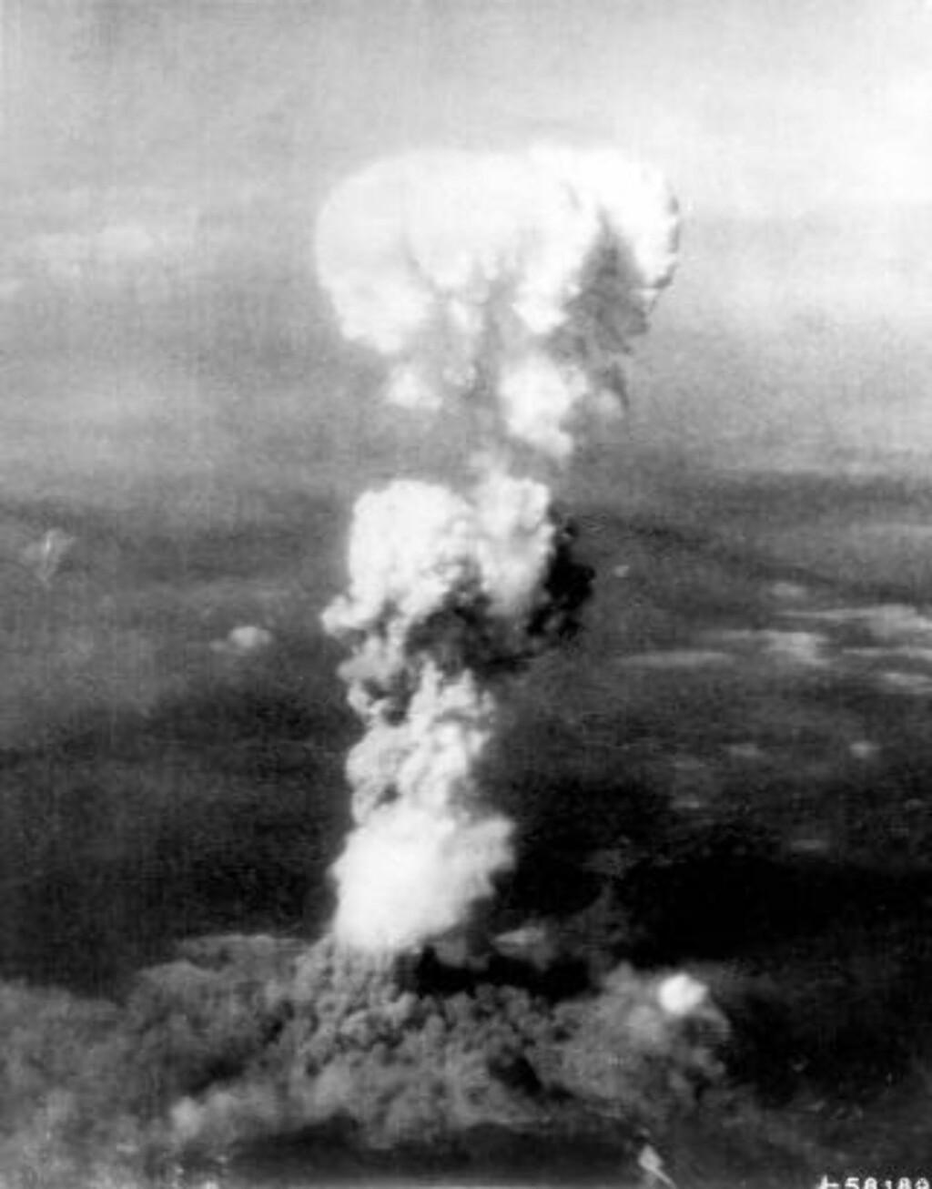 ATOMKRIG:  Dette bildet viser den amerikanske atombomben treffe Hiroshima i 1945.  Foto: U.S. AIr Force / Reuters / NTB Scanpix