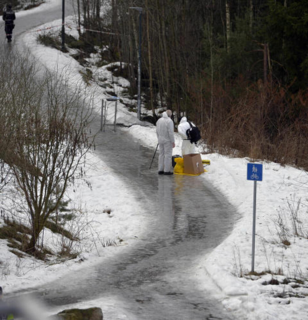 <strong>FUNNSTEDET:</strong> Drapsofferet ble funnet i ei grøft ved presenningen midt på bildet. Foto: Øistein Norum Monsen / Dagbladet