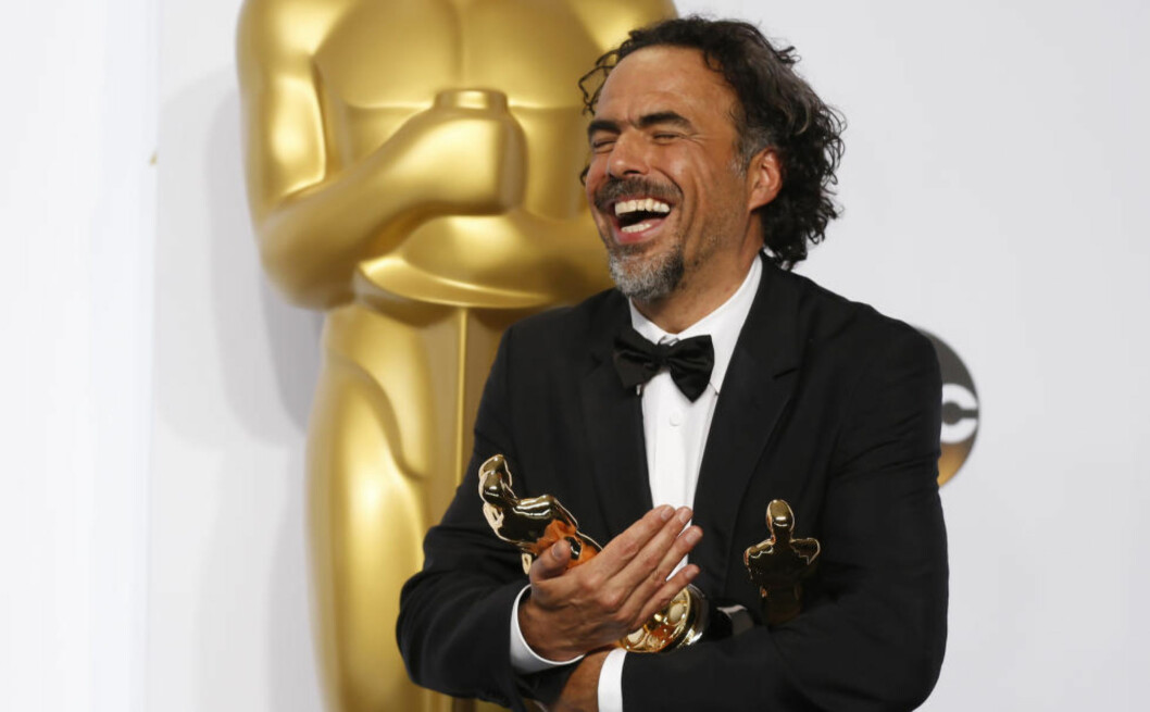 <strong>KVELDENS STORE VINNER:</strong> Den meksikanske regissøren Alejandro G. Inarritu viste fram sine tre Oscar-statuetter etter nattas prisutdeling. Filmen «Birdman» vant pris for beste regissør, beste manus og beste film. Til Dagbladet sa regissøren etter utdelingen følgende: - Om man ikke er fryktløs, nyter man ikke livet. Foto: NTB Scanpix
