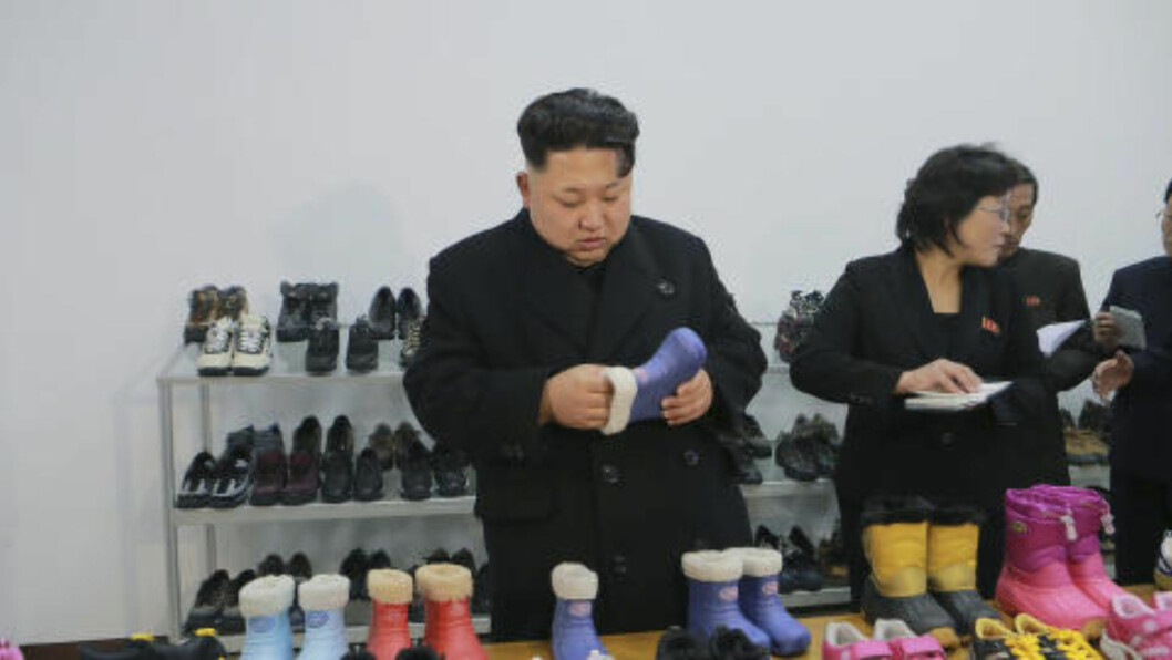 <strong>DIKTATOR-KIM SER PÅ BARNESKO:</strong> Det er uklart når dette bildet er tatt, men det viser diktatoren studere en barnestøvel på en skofabrikk i Pyongyang. Det hevdes nå at han bruker utenlandske arbeideres lønn til å kjøpe gaver til sine støttespillere. Foto: REUTERS / KCNA / NTB scanpix