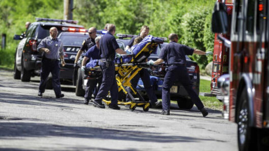 HARDT SKADD: Offeret på 12 år blir fraktet inn i ambulanse etter angrepet i fjor. Jenta overlevde angrept der to venninner knivstagkk henne. Foto: AP Photo/Abe Van Dyke