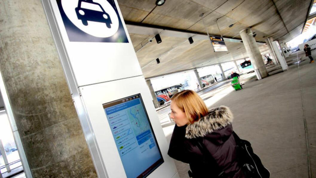<strong>TAXIPRISER:</strong> På egne skjermer kan du plotte inn reisemål og få opp taxipriser fra de forskjellige selskapene. Foto: OLE PETTER BAUGERØD STOKKE / DINSIDE.NO