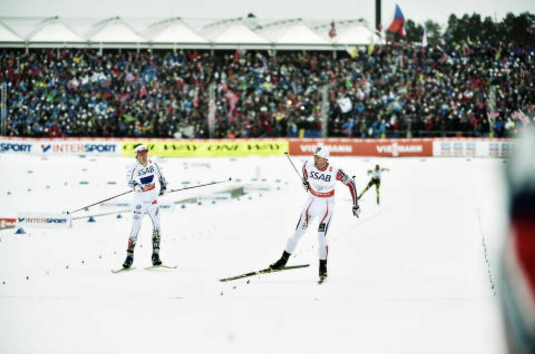 SAMME GAMLE LEKSA: Petter Northug fikk kamp av Calle Halfvarsson på oppløpet. Men ikke verre enn at han hadde full kontroll på stafettseieren. Foto: Hans Arne Vedlog